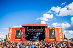 Reading_Festival-main-stage-2015